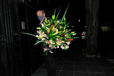 En medio de la cena, un enorme ramo de flores llegó para sorprender a la cumpleañera