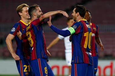 Pjanic y De Jong se acercan para abrazar a Messi tras el penal