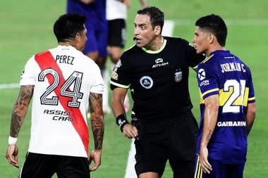 Campuzano quiso confrontar continuamente con los jugadores de River (aquí con Enzo Pérez) y se terminó yendo expulsado.
