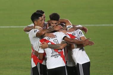 Los jugadores de River abrazan a Gonzalo Montiel, que acaba de convertir de penal el segundo gol del conjunto millonario en el 3-0 ante Rosario Central, por la Copa de la Liga Profesional 2021.