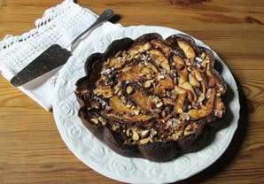 Torta postre de chocolate sin harina, con nueces y manzanas
