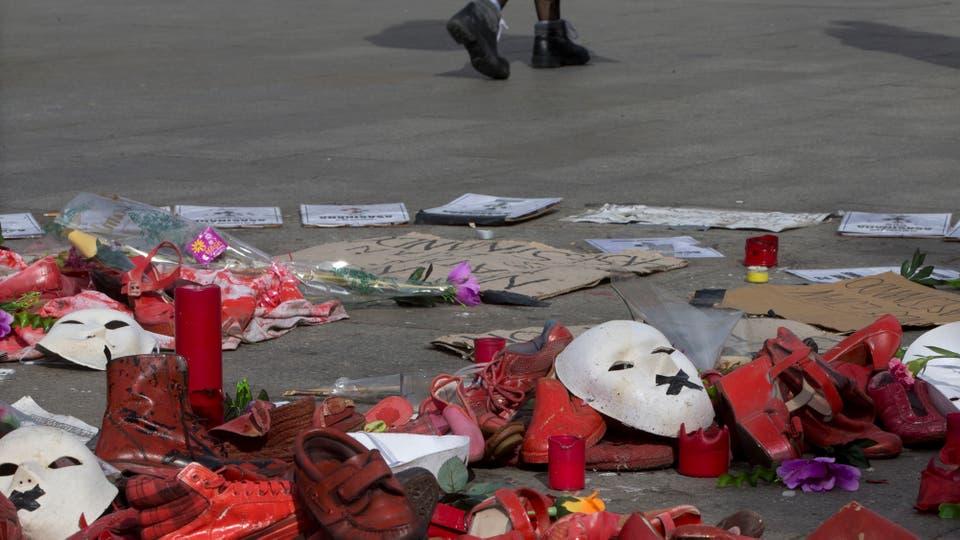 Las consignas son la igualdad de posibilidades para hombres y mujeres; la lucha contra la violencia de género y los derechos reproductivos; flores y máscaras en la Puerta del Sol, España. Foto: AP / Paul White