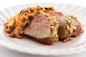 Carne con cebolla y relish de pimientos