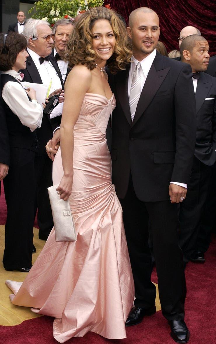Es posible que un look pase a la historia por un serio error de peinado y este es el caso de Jennifer Lopez en la gala de 2002, cuyo abultado batido frontal opacó las dotes de un vestido digno. Y así les dio el ejemplo a todas sus colegas que el pelo no es lo último que se elige