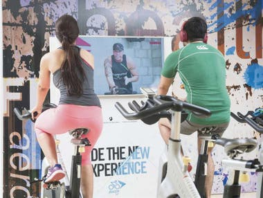 Rutina de spinning con entrenador virtual en el gimnasio On fit de microcentro