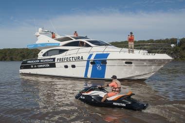 Un grupo de ocho amigos naufragó en el río a unos 20 km de Rosario. Un muchacho murió y tres personas fueron rescatadas. Prefectura sigue buscando al resto