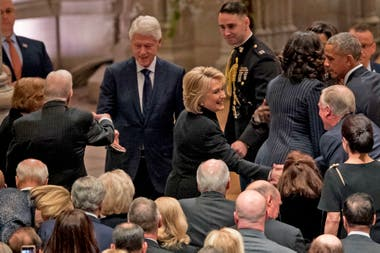 Hillary y Bill Clinton llegan a la ceremonia en la Catedral de Washington