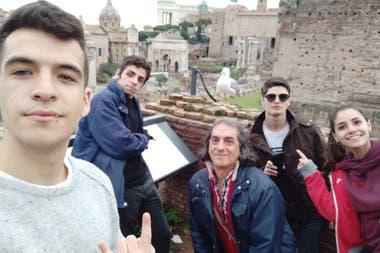 Manuel de la Fuente con su grupo en el Foro Romano, en la capital italiana