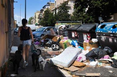 Los vecinos de Roma caminan entre las montañas de basura