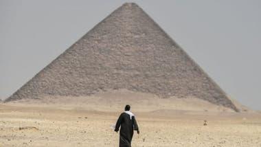 La forma angular de la Pirámide Acodada contrasta con las caras lisas de la vecina Pirámide Roja, ambas en Dahshur.