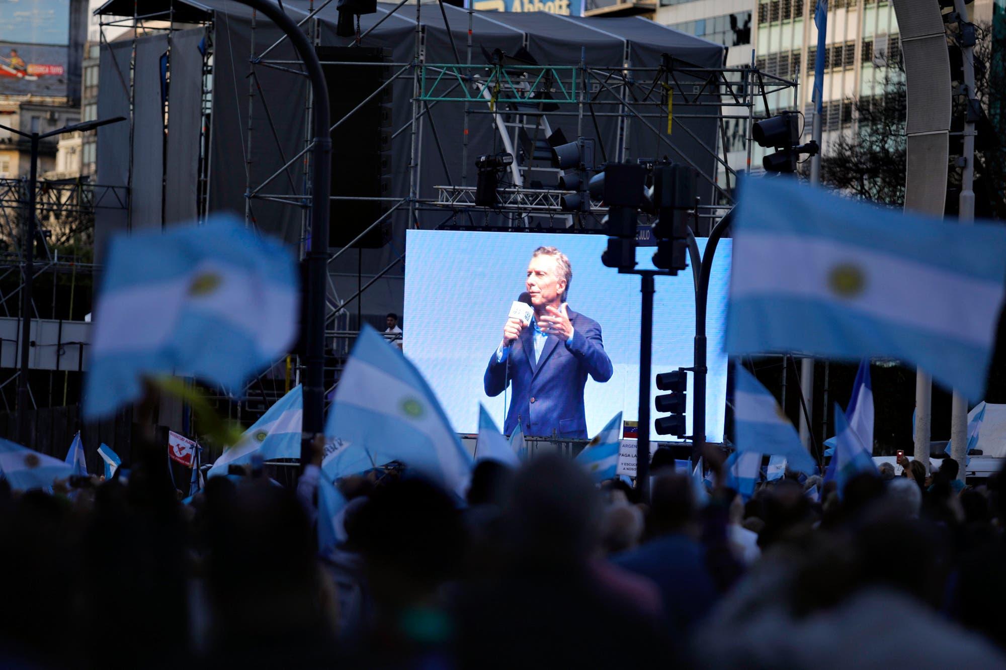 """En su apuesta más fuerte, Mauricio Macri apeló a """"la rebeldía de las personas de paz"""" en el Obelisco"""