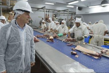El presidente Mauricio Macri recorrió el reabierto frigorífico Azul Natural Beef