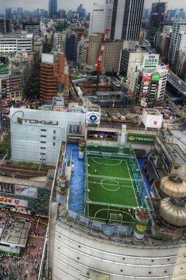 El Adidas Football Stadium de Tokio situado en el último piso de uno de los edificios de la marca