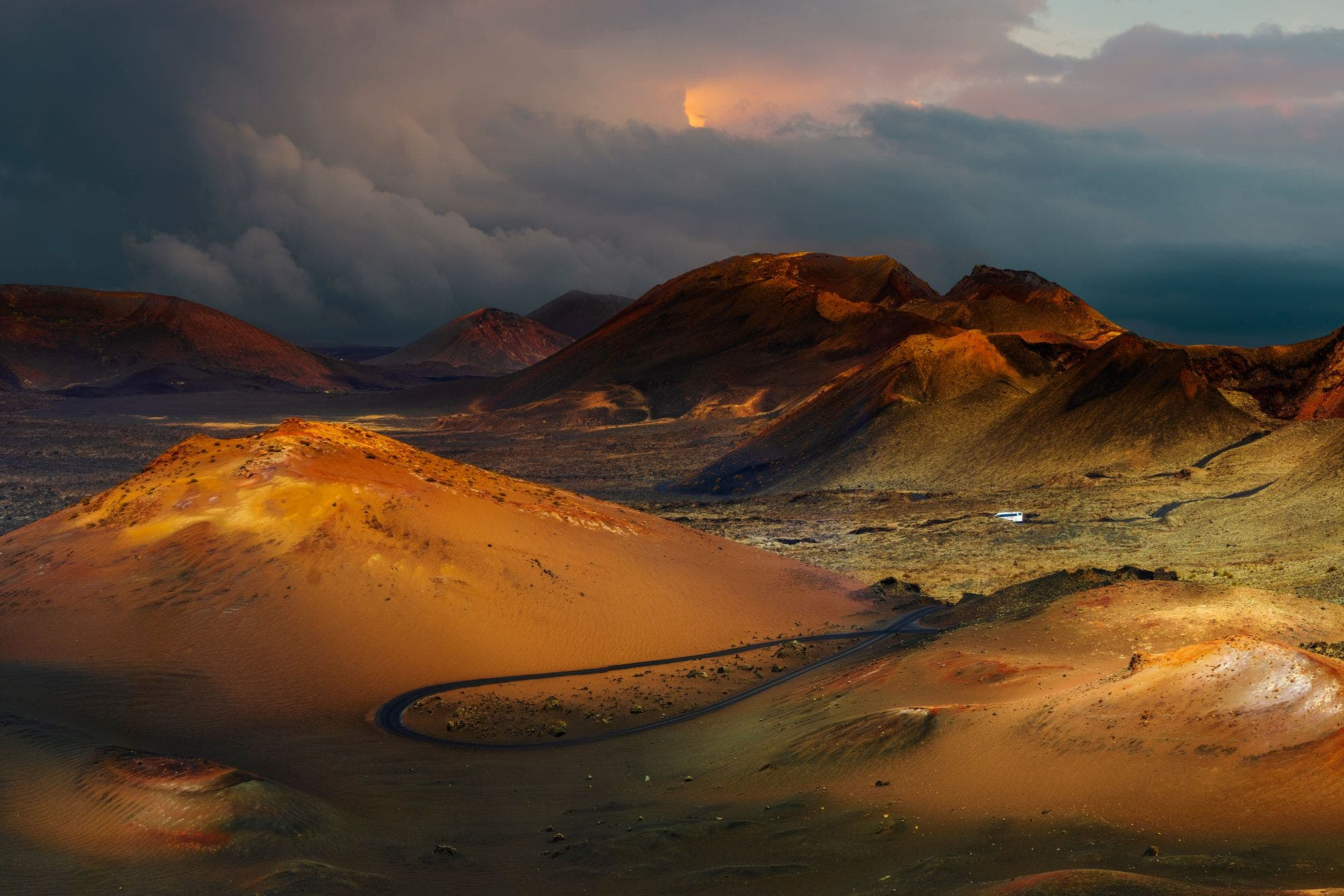 Esta combi sin chofer te lleva de paseo entre volcanes en el Parque Nacional Timanfaya, en España