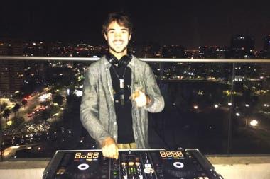Vázquez, con la vista de Santiago detrás: se define melómano, hoy prefiere la música electrónica y, como DJ, su referencia es Hernán Cattáneo