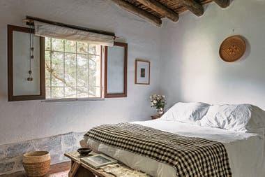 En el cuarto doble, colcha y cesto (Sariri). Pie de cama (Uncu, Tilcara).