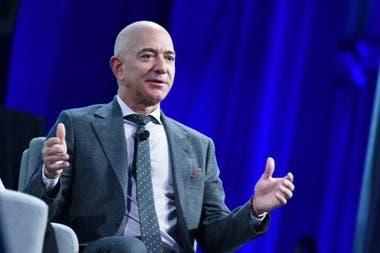 Jeff Bezos, fundador de Amazon, también usa largos períodos de silencio al comienzo de las reuniones, explica Justin Pariso.