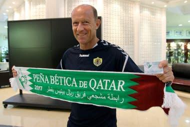 Una particular bufanda que reúne muchos significados para Calderón: su trabajo en los países árabes y el afecto de los hinchas de Betis; jugó entre 1983 y 1987 en el club andaluz, su puerta de ingreso a Europa, y dejó un muy buen recuerdo como delantero