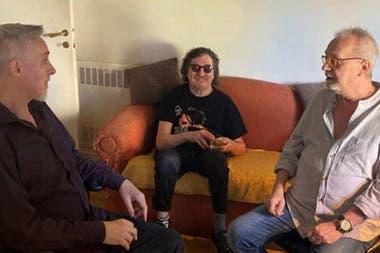 Pedro Aznar, Charly García y David Lebón a comienzos de este año, cuando escucharon juntos la edición remasterizada de La grasa de las capitales, de Serú Girán
