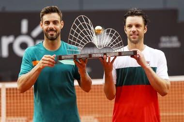 El español Marcel Granollers y Horacio Zeballos, con el trofeo de campeones del ATP 500 de Río