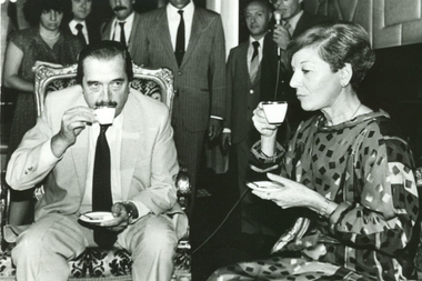 Isabel Perón, con Raúl Alfonsín, en un encuentro en la Casa Rosada, de 1985