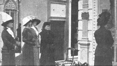 Un grupo de mujeres acompaña a una viuda en el Cementerio de la Recoleta, en 1906
