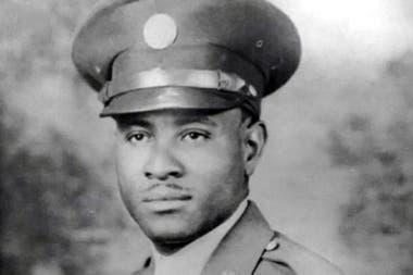 Richard Overton vestido con uniforme durante la Segunda Guerra Mundial