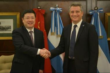 Посол Китая в Аргентине Зоу Цзяоли и секретарь агробизнеса Луис Мигель Этчевере здесь