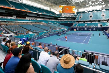 Novak Djokovic practica en el court principal