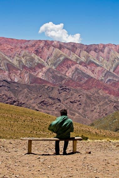 Un hombre en la Quebrada de Humahuaca, ante el silencio de la naturaleza