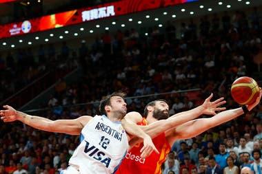 Marcos Delía y Marc Gasol disputan la pelota durante la final del mundo en China