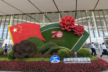 Una instalación en la entrada del aeropuerto para celebrar el 70 aniversario de la fundación de la República Popular de China