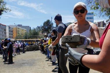 Los vecinos armaron cadenas humanas para pasarse ladrillos que fueron arrancados durante las protestas.