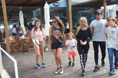 Pampita Ardohain y su familia aprovecharon el mal tiempo para pasear por La Barra