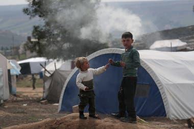 Niños juegan en un campamento de desplazados internos en Azaz, Siria