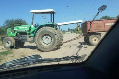 Un tractor de la Comisión Municipal de Arenales en el departamento de Jimenez, Santiago del Estero, impidiendo el paso para todo el tránsito en la ruta