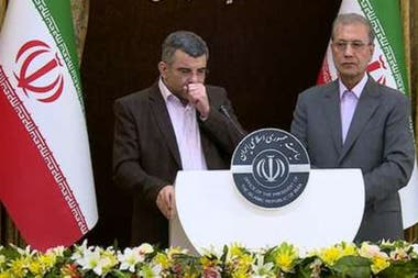Iraj Harirchi, viceministro de Salud de Irán, dio una conferencia de prensa en la que mostró síntomas de la enfermedad el 25 de febrero pasado; un día después, se confirmó que estaba contagiado por coronavirus