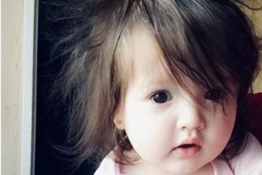 Maya es el nombre de la beba irlandesa que nació con el pelo tan lago que sorprendió al un hospital entero