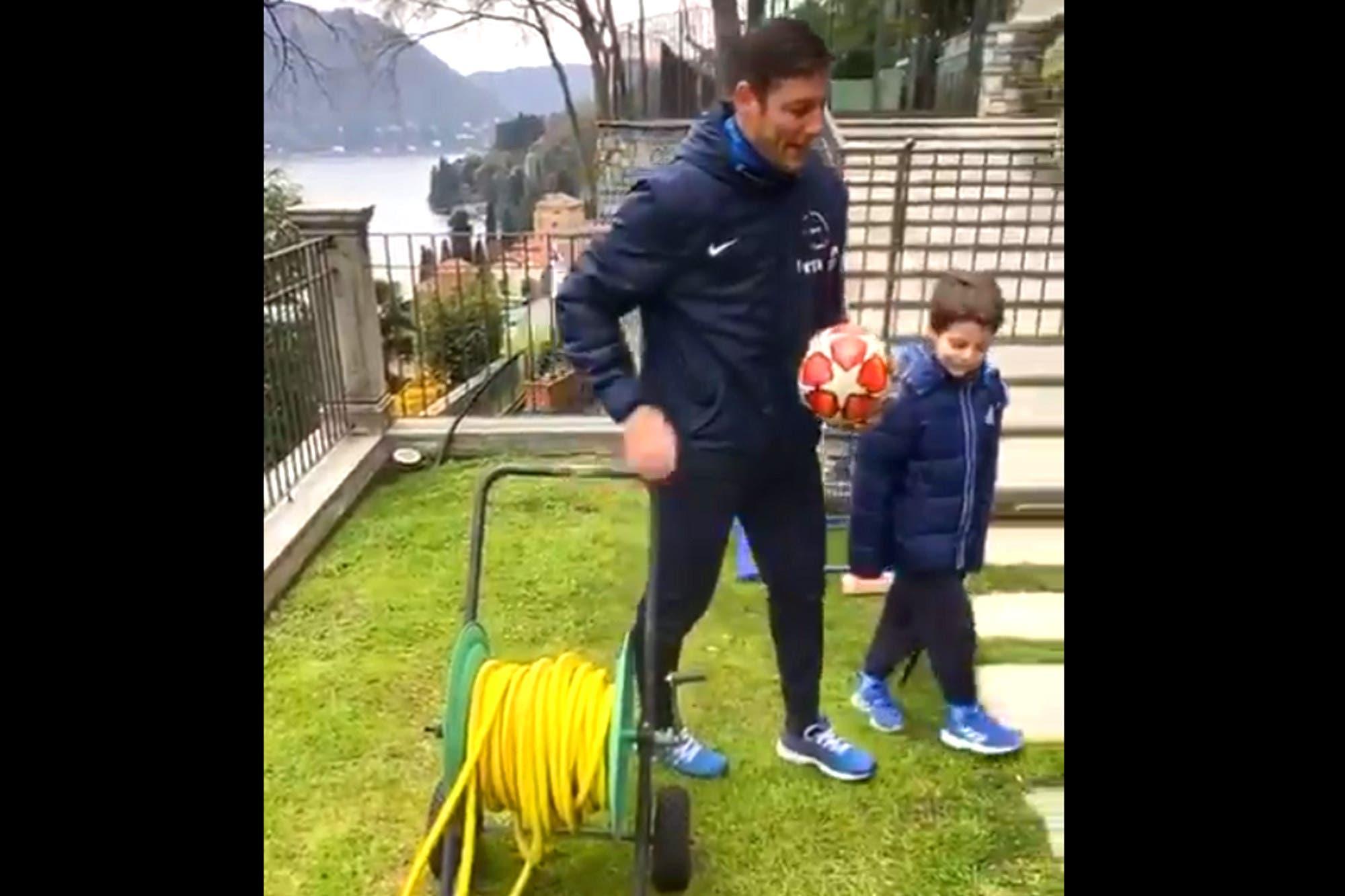 """Javier Zanetti armó un bizarro """"equipo"""" de la cuarentena con objetos: una manguera, un perro, un plumero y más"""