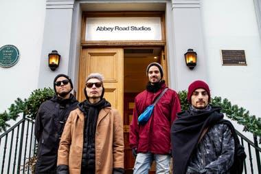PUM, la banda de Joaquín Baglietto, en la puerta de los míticos estudios Abbey Road de Londres; allí grabaron en diciembre pasado su disco, Cruza el laberinto