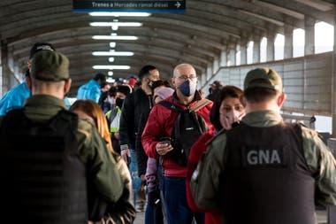 Controles a los pasajeros en la estación Morón del tren Sarmiento