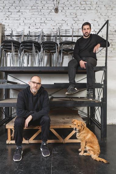 Matías Feldman (abajo) y Santiago Gobernori, en la sala que comparten, el Teatro Bravard