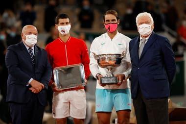 Djokovic y Nadal, el último domingo, durante la premiación de Roland Garros: el español ganó su decimotercera Copa de los Mosqueteros.