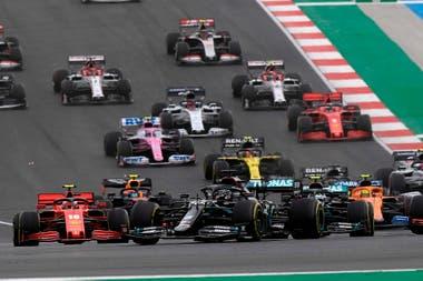 Lewis Hamilton perdió terreno en la largadas y Sainz sorprendió a todos; pero las emociones duraron poco luego de dos vueltas alocadas en el Gran Premio de Portugal