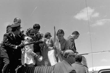 Todo listo para el recorrido en autobomba para celebrar el titulo mundial en la Argentina, el 14 de noviembre de 1970; delante de Carlos Monzón, José Menno recibe la bandera argentina