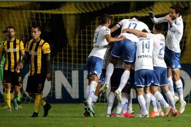 Por el gol de visitante, Vélez eliminó a Peñarol en una serie de dos empates.