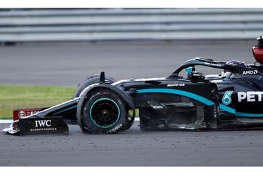 La épica última vuelta en el Gran Premio de Gran Bretaña: Lewis Hamilton recorrió los 5891 metros finales con el neumático delantero izquierdo destrozado; su ingeniero Pat Bonnington relataba por la radio la diferencia con su perseguidor, Max Verstappen