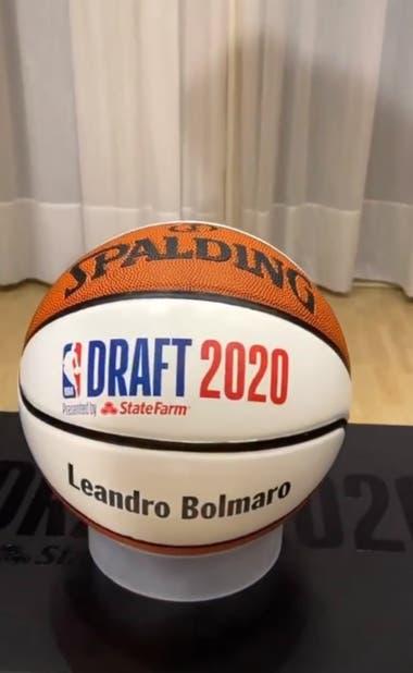 Personalizada: la pelota oficial de la NBA con el nombre de Leandro Bolmaro