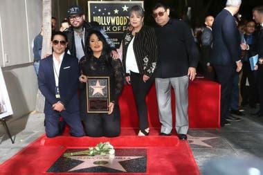La familia de Selena durante la presentación de la estrella de la cantante en el Paseo de la Fama de Hollywood en Los Ángeles en 2017