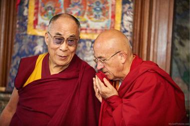 En opinión de Ricard, ser el más feliz del mundo está al alcance de cualquiera que haga lo correcto. En la foto, el monje y biólogo habla con el Dalái Lama
